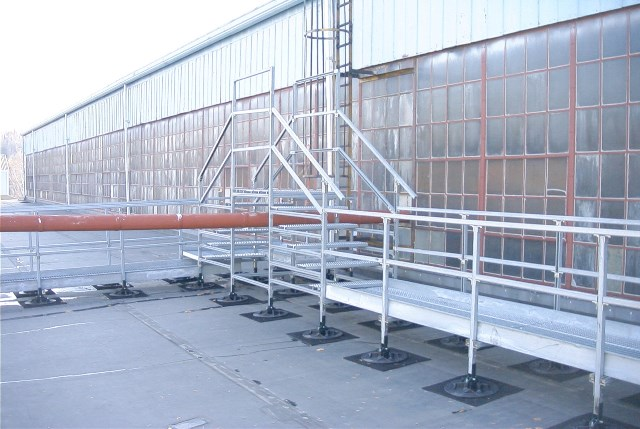 roof walkway system with pipe rack crossover